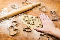 Делать печенье имбиря, резцы печенья на деревянной предпосылке Стоковое Изображение RF