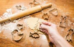 Делать печенье имбиря, резцы печенья на деревянной предпосылке Стоковое Фото