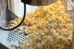 Делать попкорн в парке потехи стоковые фото