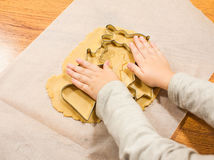 Делать пряник с резцами печенья на бумаге выпечки Стоковое Изображение RF