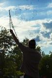 Делать пузыри мыла на Mauerpark Стоковая Фотография