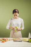 Делать рисбермы жены дома нося Шаги делать варя яблоко c стоковое изображение