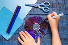 Делать рыб игрушки от КОМПАКТНОГО ДИСКА Handmade children& x27; проект s Раздел 1 Стоковое Изображение