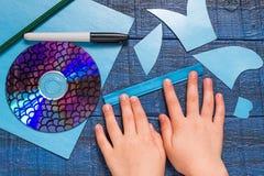 Делать рыб игрушки от КОМПАКТНОГО ДИСКА Handmade children& x27; проект s Стоковые Изображения RF