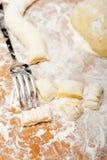 Делать свежий итальянский gnocchi картошки Стоковые Изображения