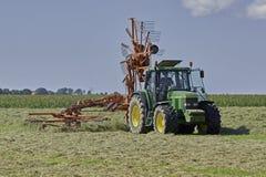 Делать сено с роторной грабл Стоковые Изображения