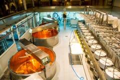 Делать сыра в Швейцарии Стоковые Изображения RF