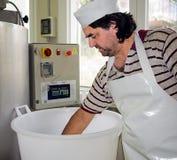 Делать сыра ремесленника - progr экспертный проверка руки сыра Стоковое Изображение RF