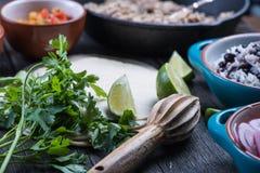 Делать традиционные мексиканские буррито с вытягиванной говядиной Стоковое Изображение RF