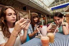 Делать фото коктеилей в кафе Стоковые Изображения