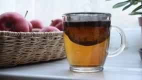 Делать чай в чашке чая сток-видео