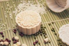 Делать mooncakes с пластичной прессформой Стоковая Фотография RF