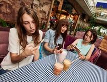 Делать selfie в кафе Стоковые Фотографии RF