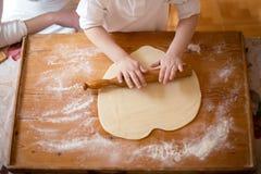 Делающ печенья с ребенк/ Стоковые Изображения RF
