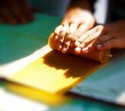 Делающ свечу от пчелы меда навощите плиту на рынке Стоковые Фото