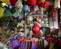 Делающ фонариками с silk тканью в Hoi деревню Herritage Стоковые Фотографии RF
