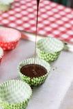 Делающ шоколадом cream булочки Лить сливк шоколада в бумаге Стоковые Фото