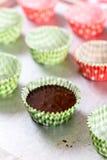Делающ шоколадом cream булочки Лить сливк шоколада в бумаге Стоковые Изображения
