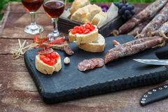 Делающ pintxo с томатом и сосисками, тапы, испанские канапе party еда пальца Стоковые Изображения RF