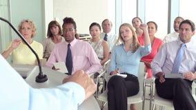 Делегаты дела слушая к представлению на конференции сток-видео