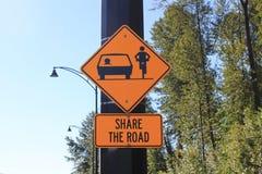 Делите дорожный знак для автомобилисток и велосипедов Стоковое Фото