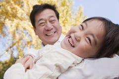 Дед и внучка играя в парке, смеясь над, в осени Стоковая Фотография RF