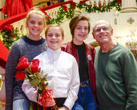 Дед и 3 внучки стоя на лестнице украшенной для рождества Стоковое Изображение RF