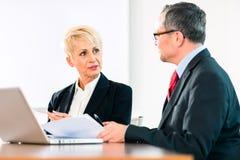 Деловая встреча в офисе, люди работая с документом Стоковая Фотография RF