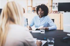 Деловая встреча красивой женщины делая в современном офисе Группа в составе сотрудники девушек обсуждая совместно новый проект мо Стоковые Фото