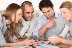Деловая встреча молодые люди вокруг таблицы Стоковое Изображение RF