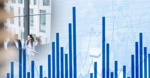 Деловая встреча на окне с голубым переходом диаграммы финансов Стоковые Изображения RF