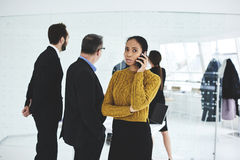 Деловая встреча пока работа с опытным экипажем корпоративных торговцев в офисе стоковые изображения rf