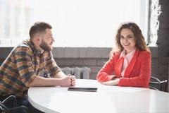 Деловая встреча человека и женщины в офисе Стоковое Фото
