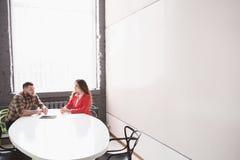 Деловая встреча человека и женщины в офисе Стоковое Изображение