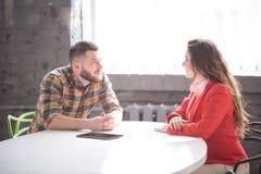 Деловая встреча человека и женщины в офисе Стоковые Фото