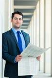 Деловая газета чтения бизнесмена Стоковое фото RF