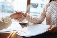 Деловое соглашение в кафе Стоковая Фотография