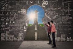 Деловой партнер ищет принципиальная схема стратегии успеха маркетинга Стоковое Изображение