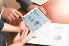 Деловые встречи, документы, анализ возможностей сбыта, анализ приводят к стоковое фото rf