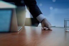 Деловые документы на таблице офиса с компьтер-книжкой Стоковое Изображение RF