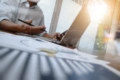 Деловые документы на таблице офиса с умными телефоном и компьтер-книжкой Стоковая Фотография RF