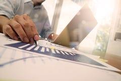 Деловые документы на таблице офиса с умными телефоном и компьтер-книжкой Стоковое Фото
