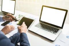 Деловые документы на таблице офиса с умным телефоном и цифровое стоковая фотография rf