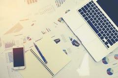 Деловые документы на таблице офиса с умным телефоном и цифровой таблеткой и диаграмме финансовой стоковое фото rf