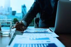 Деловые документы на таблице офиса с умным телефоном Стоковое Фото