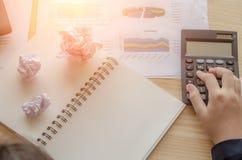 Деловые документы с ростом, телефоном и ручкой диаграмм Бизнесмен рабочего места стоковая фотография