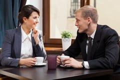 Деловые партнеры во время перерыва на чашку кофе Стоковые Фотографии RF