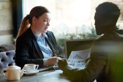 Деловые партнеры встречая в ресторане Стоковые Изображения RF