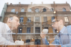 Деловые партнеры встречая на обеде в кафе Стоковые Изображения