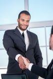 Деловые партнеры встречи африканский трястить рук бизнесмена Стоковое Фото